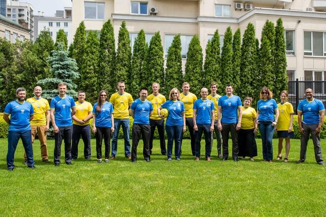 ФОТО. Работники посольства США в Киеве надели форму сборной Украины