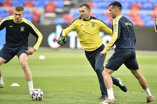 ФОТО. Игроки сборной Украины провели тренировку и поддержали Эриксена