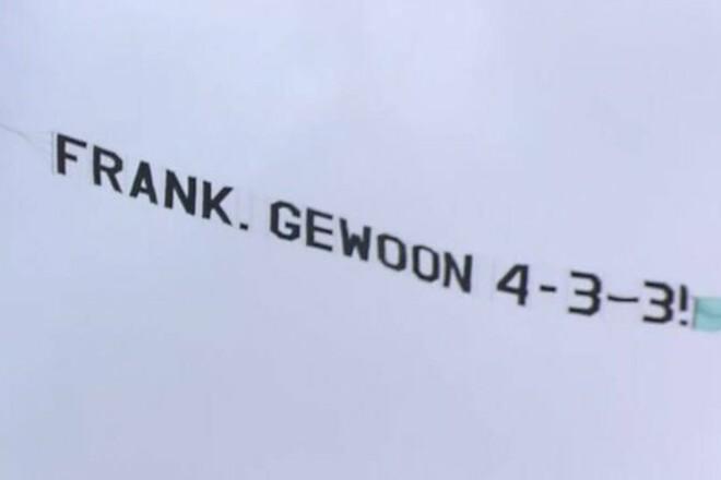 Франк, играй 4–3–3! Тренеру Нидерландов фанаты отправили послание самолетом