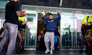 Чемпиона Bellator Ярослава Амосова в аэропорту встретили сотни фанатов