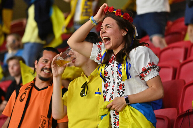 ФОТО. Украинские фанаты на стадионе в Амстердаме. Их мало, но они яркие
