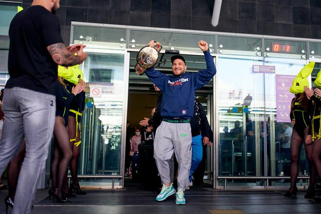 Чемпіона Bellator Ярослава Амосова в аеропорту зустріли сотні фанатів