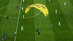 ВІДЕО. Розбив камеру! Парашутист приземлився на поле під час матчу Євро