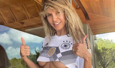 ФОТО. Хайди Клум обнажила грудь в поддержку сборной Германии