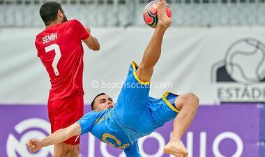 Сборная Украины по пляжному футболу в непростом поединке обыграла Турцию
