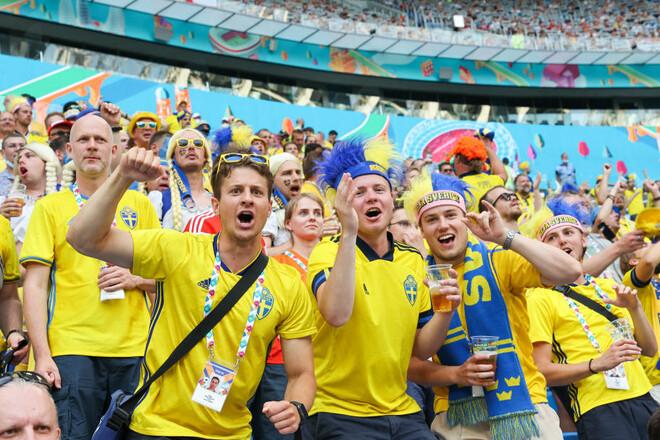 ФОТО. Спасибо за 1/8! Болельщики вывесили флаг у посольства Швеции в Киеве