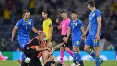 ФОТО. Полуголый фанат выбежал на поле в конце матча Украины и Швеции