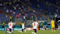 ФОТО. Англичане стали на колено в начале матча, украинские футболисты – нет