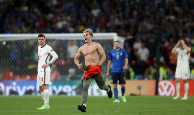 ВИДЕО. Не могли поймать. На поле в финале Евро выбежал полуголый стрикер