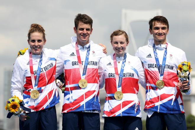 Британцы выиграли первую в истории ОИ смешанную эстафету в триатлоне