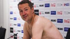 ФОТО. Тренер Антверпена прийшов на прес-конференцію голим