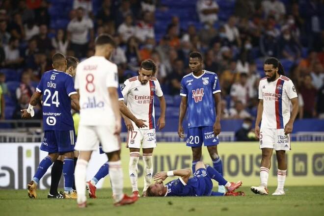 Хавбек Страсбурга упал на газон без видимых причин, его увезли медики