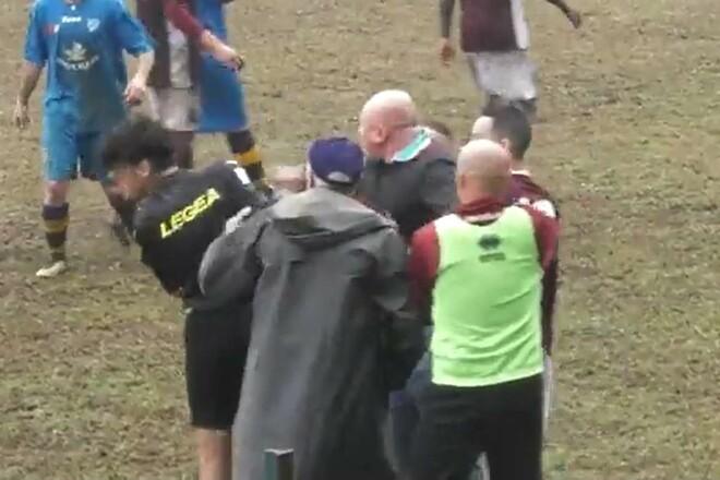 ВИДЕО. Прямо в голову. В Италии тренер выбежал на поле и ударил судью