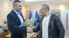 ВИДЕО. Виталий Кличко подарил Усику первый пояс WBC с украинским флагом