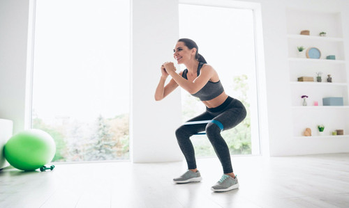 Упражнения с фитнес-резинками — тренировки, которые заменят зал