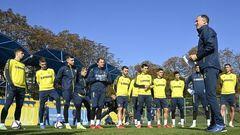 ФОТО. 24 игрока сборной Украины провели тренировку и встретились с детьми