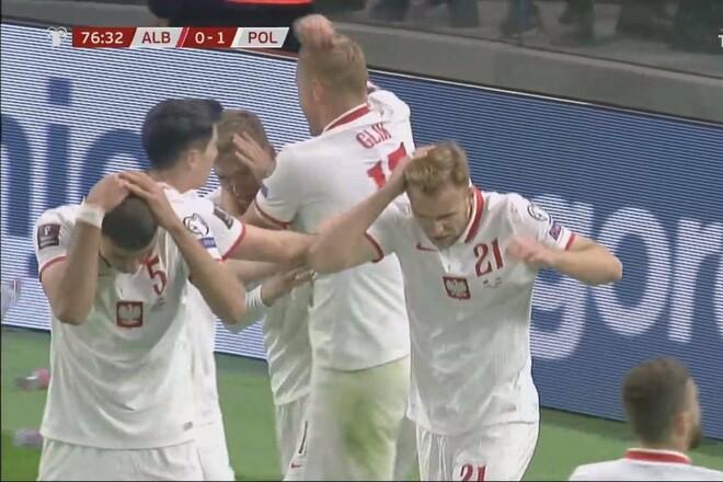 ВИДЕО. Они бросали бутылки в Левандовски. Матч Албании и Польши прерывался