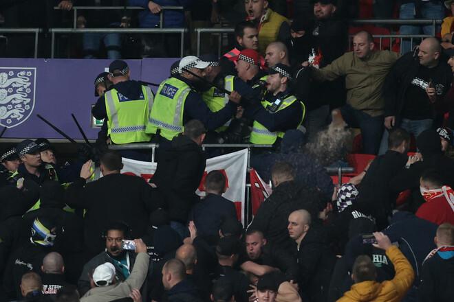ВИДЕО. Венгерские болельщики устроили драку с полицией на матче с Англией