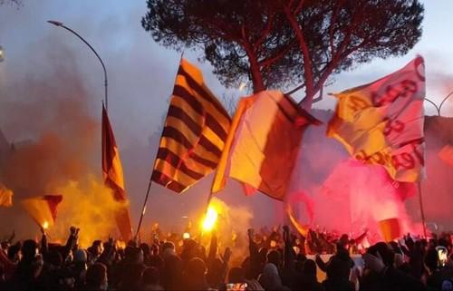 Дерби! Фанаты Ромы вывесили оскорбительный баннер, а фаны Лацио его сожгли