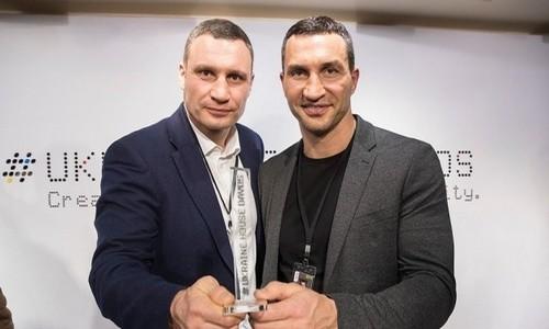 ФОТО. Братья Кличко сразились на руках