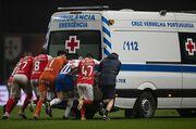 Она заглохла! Как футболисты Браги и Порту толкали машину скорой помощи