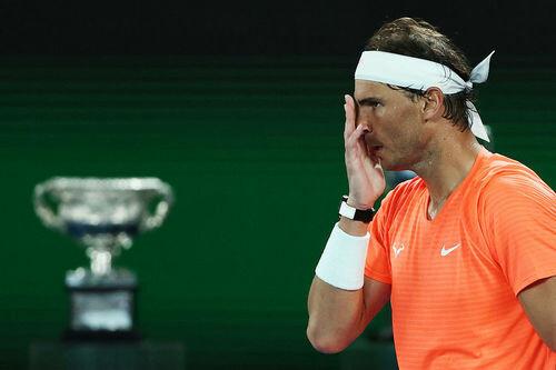 Циципас прервал серию Надаля и спас рекорд Федерера
