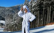 ВІДЕО. Влада Зінченко покаталася на гірських лижах у банному халаті