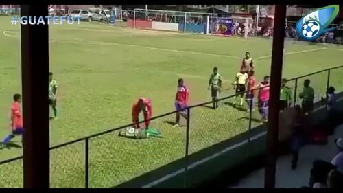 ВИДЕО. Симулянт года. Футболист помог камню долететь к своей голове