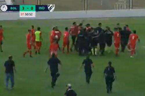 ВИДЕО. Вмешалась полиция. Игроки аргентинского клуба напали на арбитров