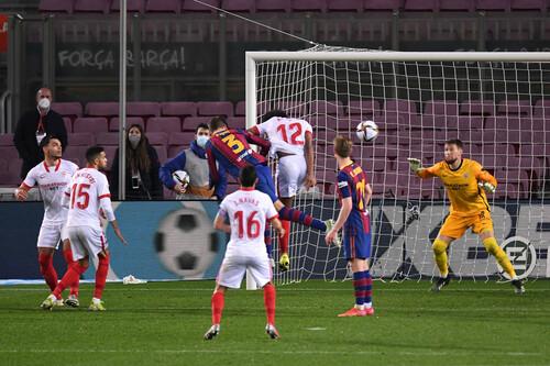 Большой камбэк! Пике спас Барселону в полуфинале Кубка против Севильи