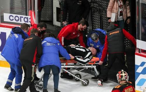 ВИДЕО. Упал на лед без сознания. В России арбитра унесли на носилках