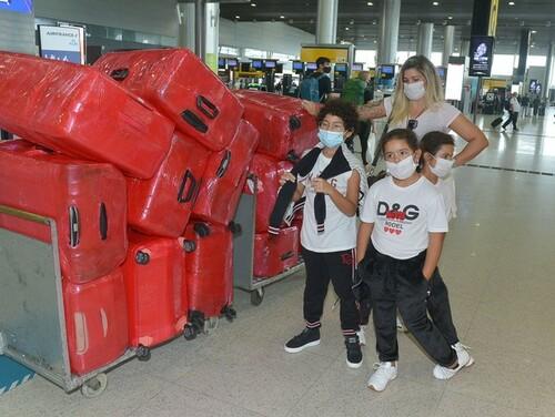 ФОТО. Жену хавбека Шахтера «завернули обратно» в аэропорту с 17 чемоданами