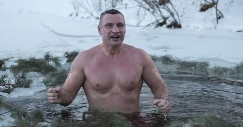 ВИДЕО. Виталий Кличко нырнул в ледяную прорубь на Крещение