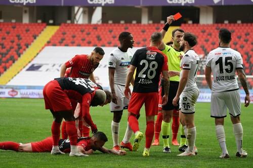 ВИДЕО. Турецкое кунг-фу. Игрок Денизлиспора едва не снес голову сопернику