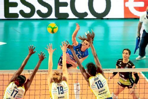 Две победы итальянских клубов в полуфиналах женской Лиги чемпионов