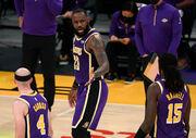 НБА. 37 очков Леброна помогли Лейкерс обыграть Шарлотт, поражение Финикса