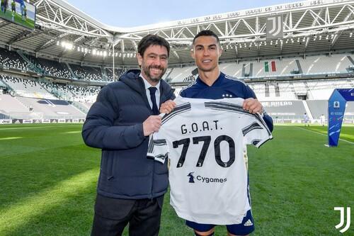 Роналду получил от президента Юве футболку с надписью GOAT и числом 770