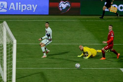 Арбитр извинился перед Роналду за незасчитанный гол