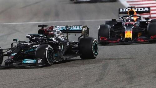 ВИДЕО. Битва Хэмилтона и Ферстаппена на Гран-при Бахрейна