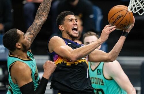 НБА. 35 очков Букера помогли Финиксу обыграть Шарлотт, победа Лейкерс