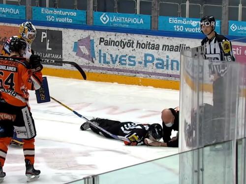ВИДЕО. Финскому арбитру шайбой выбили 7 зубов