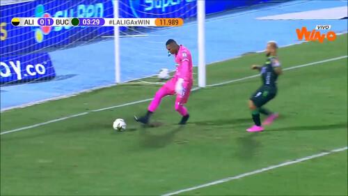 ВІДЕО. Хто його вчив грати? Дивовижний гол привіз собі воротар в Колумбії