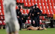 ВИДЕО. Ловкий обнаженный мужик выбежал на поле в матче Лиги Европы