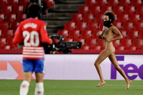 ФОТО. Голый забег. Фанат голым выбежал на матче Гранада - МЮ