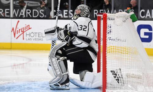 ВИДЕО. Рикошет от льда. Известный вратарь НХЛ пропустил смешную шайбу