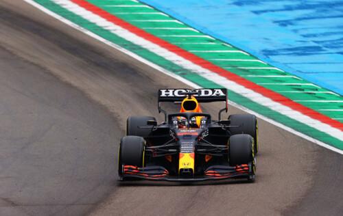 Ферстаппен выиграл дождевую гонку в Италии, драма и авария Мерседеса