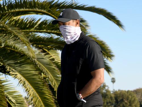 ФОТО. Тайгер Вудс на костылях вернулся на поле для гольфа