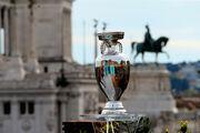 КУРЬЕЗ ДНЯ. Трофей Евро-2020 упал на землю в прямом эфире
