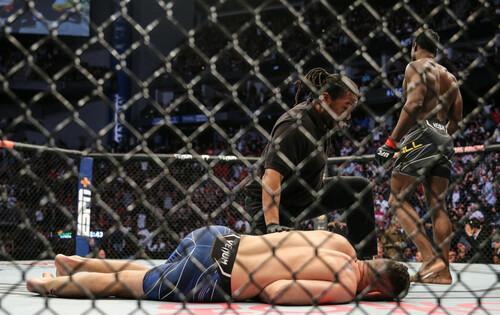Экс-чемпион UFC Вайдман перенес операцию после жуткого перелома