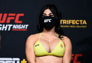 Горячая экс-боец UFC Остович перешла в промоушен на голых кулаках